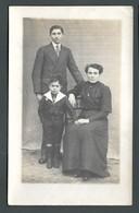 CPA Carte Photo Portrait De Famille Avec Petit Garçon En Habit De Marin Et Calot à Pompon Sur La Tête - Cartes Postales