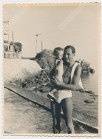 REAL PHOTO Ancienne Trunks Man Holding Baby On Beach Hommes Avec Bebe Sur Plage  Old Snapshot Orig - Photographs