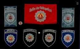 DDR, 6x Stoffärmelabzeichen Und Eine Armbinde Der Volkspolizei, Die Stoffabzeichen Sind Auf Ein Holztableau Geklebt, Die - Books, Magazines  & Catalogs