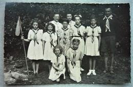Carte Photo Groupe Jeanne D'Arc Avec Les 2 Moniteurs ( Scout-scoutisme ) à Localiser ( Enfant Uniforme Foulard ) - Scouting