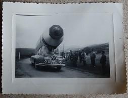 Photo  Ancienne 27 Juillet 1955 - Tour De France Superbe Voiture Publicitaire - Villerouge - Ciclismo