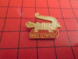 413b Pins Pin's  / Rare Et De Belle Qualité / THEME SPORTS : FOOTBALL NIMES OLYMPIQUE CROCODILE - Fussball