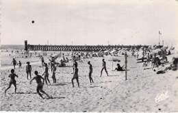40 - CAP BRETON : La Plage Et La Digue ( Partie De Volley Ball ) CPSM Dentelée Noir Blanc Format CPA 1951 - Landes - Capbreton