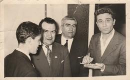 Célébrités : Gilbert BECAUD : Signant Une Dédicace : à Saint Vallier - Drome : Date à Définir ( 13,7cm X 8,7cm ) - Famous People