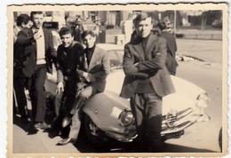VECCHIA FOTOGRAFIA - OLD PHOTO - GIOVANI SU ALFA ROMEO - Vedi Retro - Cars