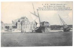 CPA...   .ROYAN..RAZ DE MAREE DU 9 JANVIER 1924.. BATEAUX ECHOUES DEVANT LE CASINO  MUNICIPAL. TBE. SCAN - Royan