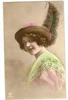 69 - Jeune Dame Chapeau Original - Collier De Perles En Relief - Mode