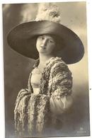 71 Jeune Dame Chapeau Extravagant - Mode