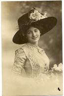 74 -   Jeune Dame - Chapeau Original - Mode