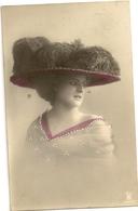 79-   Jeune Dame Chapeau Extravagant - Collier En Relief - Mode