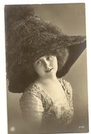 80-   Jeune Dame Chapeau Extravagant - Mode