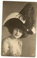 81 -  Jeune Dame Chapeau Extravagant - Mode