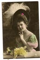 82 -  Jeune Dame Chapeau Extravagant - Mode