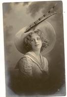 84 -  Jeune Dame Chapeau Extravagant - Mode