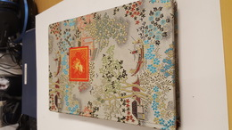 1 Album Timbres De Chine ( Album Couverture En Soie TTBE) - 1949 - ... Repubblica Popolare