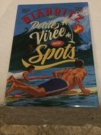 Belle Plaque En Métal Prépercée Sur Chaque Coin Pour L'accrocher - BIARRITZ - 1957 - Petite Virée Entre Spots - Advertising (Porcelain) Signs