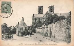 02 Laon Avenue De La Republique Et Eglise Saint Martin , Cpa Carte Animée - Laon