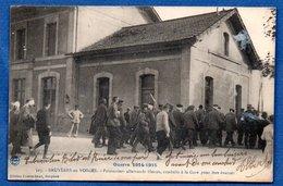 Bruyères En Vosges    /  Prisonniers Allemands Blessés Conduits à La Gare Pour être évacués - Bruyeres