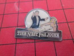 713f Pins Pin's  / Rare, Belle Qualité / THEME CINEMA : JAMES BOND ROGER MOORE TUER N'EST PAS JOUER - Cinéma