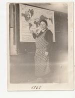FOUGERES - MADAME BOZZI - ADJOINTE DE LA DIRECTRICE DE L'ECOLE COMMUNALE DE RILLE, DANS SA CLASSE - 1928 - 35 - Lieux