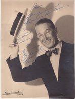 MAURICE CHEVALIER : PARIS 1942 . ( STUDIO VERHASSEL ) - Autographes