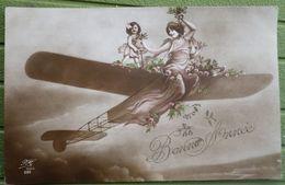 Photo Litho Montage Surrealisme Couleur PH 330 Femme Assise En Proue Et Fille Fillette Conduisant Avion Aeroplane - Fantasie