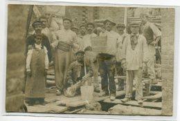"""CARTE PHOTO Ouvriers Du Batiments Travaux De Construction Maison """" Souvenir De Mon Métier """" 1906 écrite Timb   D05 2019 - Métiers"""