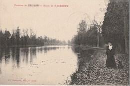 BARBEREY - UNE DAME ELEGANTE SE PROMENE AVEC SON CHIEN SUR LE CHEMIN LE LONG DU BASSIN - - France