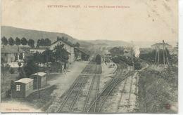 - 88  - VOSGES  -BRUYERES-en-VOSGES - La Gare Et Les Casernes D'Artillerie - Gares - Avec Trains