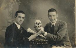 Real Photo Macabre Etudiants Medecine Cuba Posant Avec Crane Et Tibias . Veneno. Venin - Health