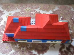 MAISONNETTE EN LEGO SYSTEM (Briques Rouges Et Bleues, Briques Toiture, Fenètres, Plaques Plates De Construction Etc.) - Lego System
