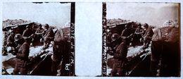 PHOTO STEREO SUR PLAQUE DE VERRE - CHAMPAGNE - 1915 - POSTE DE F.M. - MILITAIRE - CRANE - ANIMEE - 10,6 X 4,4 Cm - Stereoscopio