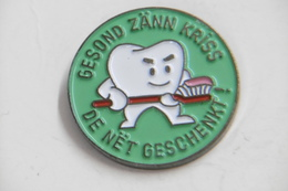 """Pin's - Dent MOLAIRE Qui Se Brosse Les Dents - Dentifrice """"GESONG ZÄNN KRISS .... """" - Marques"""