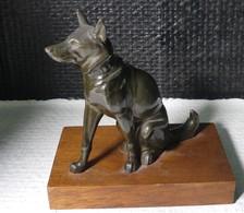 """Sculpture En Composition De Chien """"berger Allemand """" Sur Socle En Bois - Bronzes"""