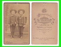 Photografie: B. Goerges, Leipzig -  2 Kleine Knaben Mit Strohhut U. Ranzen Garçon Boy #0674 CDV / Kab - Photographs
