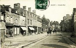 4298 - Manche -  DUCEY : Grande Rue , Café Verdier Deroyant Et Tabac à Gauche  , Cavaliers    - Circulée En 1911 - Ducey