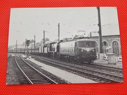 TRAINS - SNCB - BRUXELLES-CHAPELLE En 1958 - Remorque D'un Train Par Une Loco électrique Type 101 - (Photo F. Drugmand) - Stations - Met Treinen