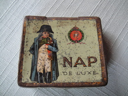 Boite En Fer De La Fabrique De Cigarettes NAP Bruxelles + 60 Vignettes Des Principaux Evenements De L'époque De Napoléon - Etuis à Cigarettes Vides