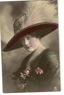 104 - Jolie Jeune Dame - Chapeau Extravagant - Mode