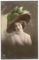 106 - Jeune Dame - Chapeau Extravagant - Mode