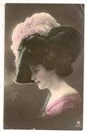 108 - Jeune Dame - Chapeau Extravagant - Mode