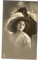 110 - Jeune Dame - Chapeau Extravagant - Mode