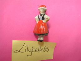 Feve Ancienne Allemande Porcelaine - COSTUME DE FORET NOIRE - Serie COSTUMES FOLKLORIQUES 1937 Rare Figurine Miniature - Oude
