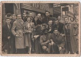 """PHOTO.GROUPE De JEUNES GENS. CARNAVAL. CONFETTIS. MASQUE.MAGASIN LINGERIE """" PERSEPHONE """" A SITUER - Personnes Anonymes"""