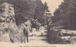 75. PARIS. CPA .PARC DES BUTTES CHAUMONT. ANIMATION. LE PONT. ANNEE 1911 + TEXTE - Arrondissement: 19