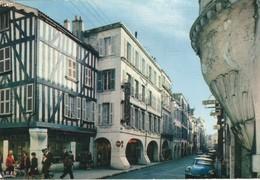 17R04A1 CPMGF 17 - LA ROCHELLE  LA RUE DU PALAIS BORDEE DE PORCHES DES XVI XVII ET XVIII SIECLES  V1973 - La Rochelle