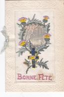 PEU COURANTE CARTE POSTALE BRODÉE A LA CROIX DE LORRAINE ET AUX CHARDONS LORRAINS...DE 1919. - Borduurwerk