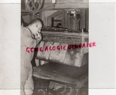 24- COUZE ET SAINT FRONT- LE MOULIN DE LARROQUE - LA PRESSE LES FEUILLES DE PAPIER SUR LA PRESSE USINES TANVEZ GUINGAMP - Métiers