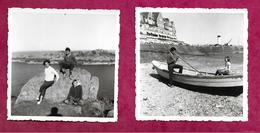 Lot De 2 PHOTOS 9 X 9 Cm .. CANCALE Et POINTE Du GROUIN (35) En 1962. FEMME Et ENFANTS, BARQUE. 2 Scans - Lieux