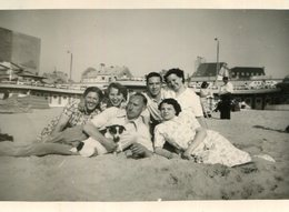 PHoto De Vacanciers Avec Le Chien Sur La Plage De Westende Belgique En 1956 Panneaux Ostende - Places